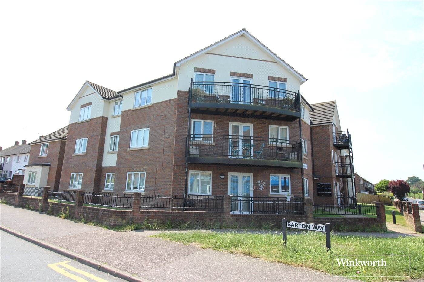 2 Bedrooms Flat for sale in Woodcock Court, Croxdale Road, Borehamwood, Hertfordshire, WD6