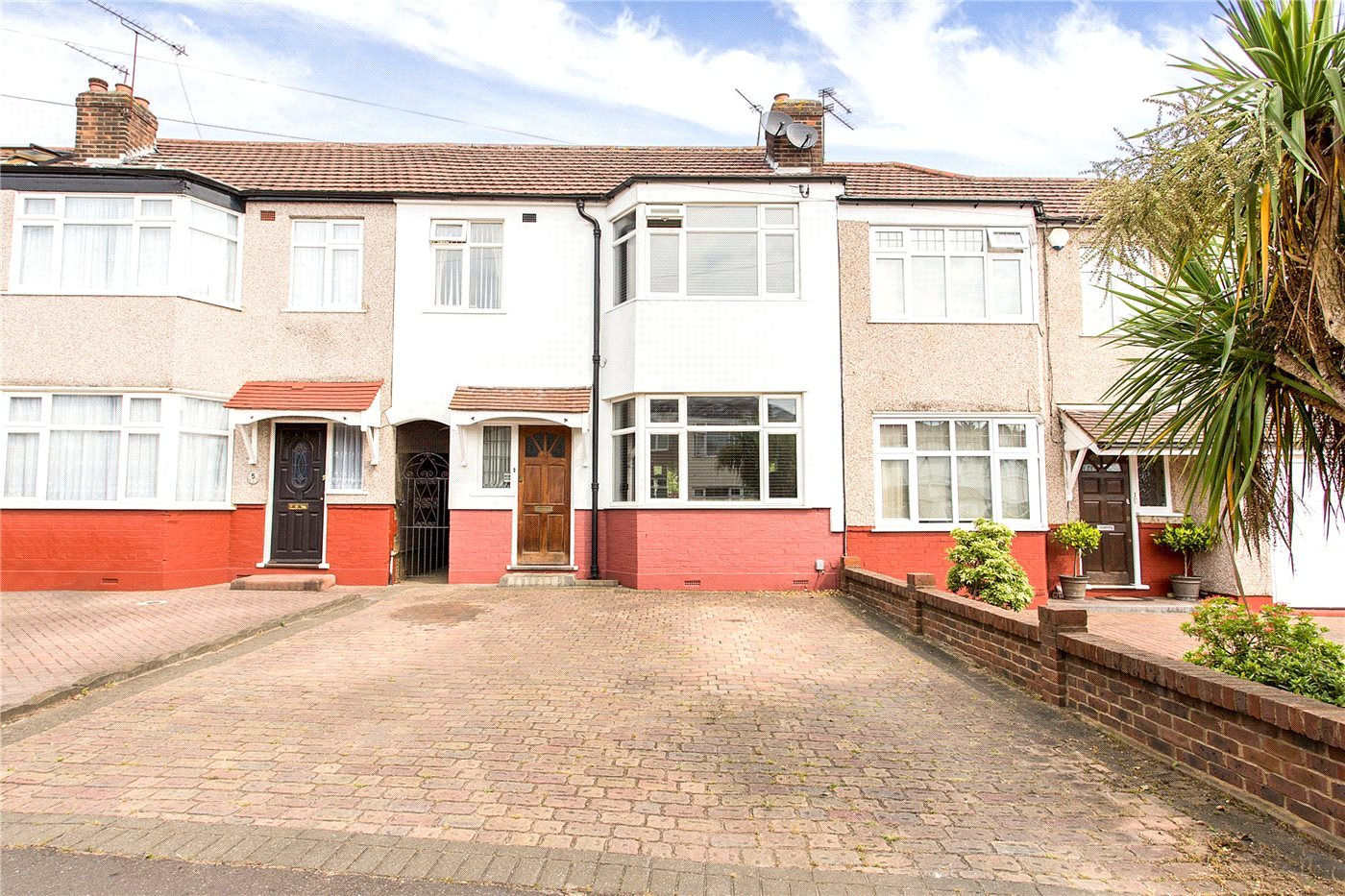 3 Bedrooms Terraced House for sale in Rochester Close, Enfield, EN1